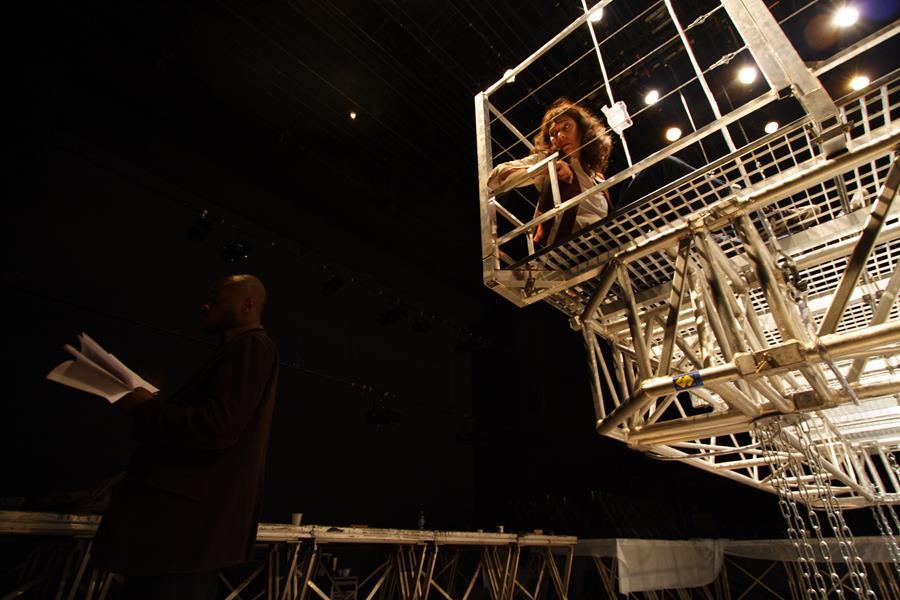 Jean Baptiste Anoumon et Anne Alvaro dans la tour Justice La Tour - Théâtre de Gennevilliers – Salle Maria Casares – 1997 ©Philippe ABRIEUX