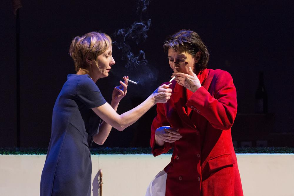 Nathalie Richard et Anne Alvaro – La cigarette. Lost (Replay) ©Pierre Grosbois